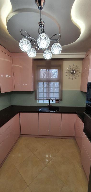 Modern rózsaszínű konyhabútor